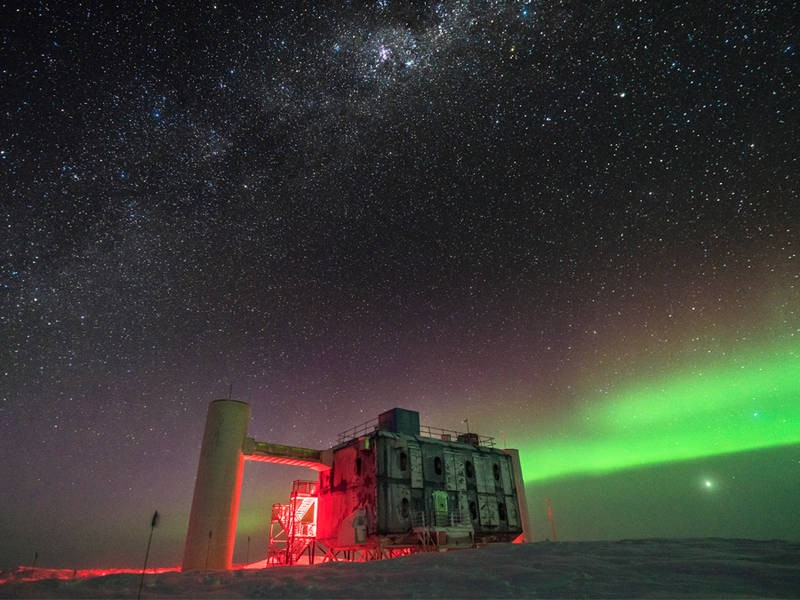 The IceCube Lab at the South Pole under the stars. (Picture: Martin Wolf, IceCub
