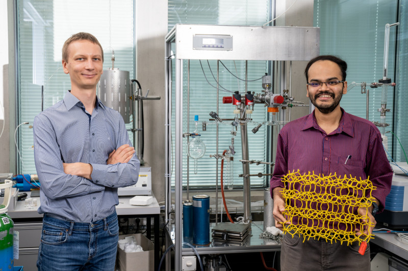 Vitaly Sushkevich (left) and Manoj Ravi in the zeolite laboratory at PSI, holdin