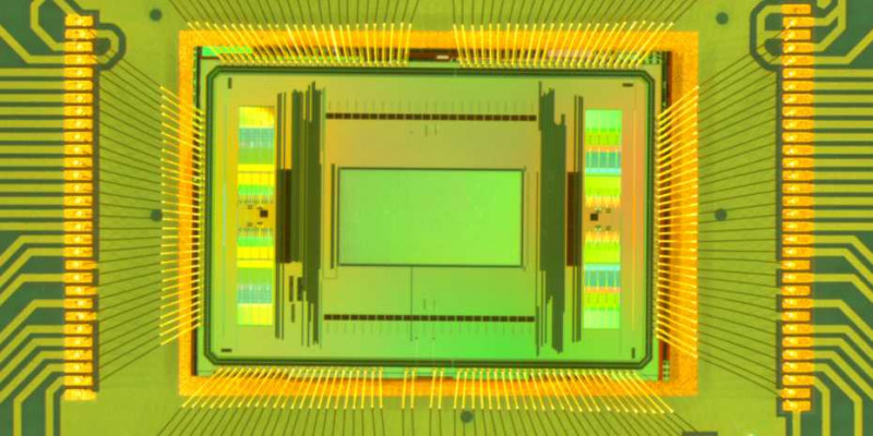 Close-up of the new dual-mode chip. The measurement area in the centre of the im