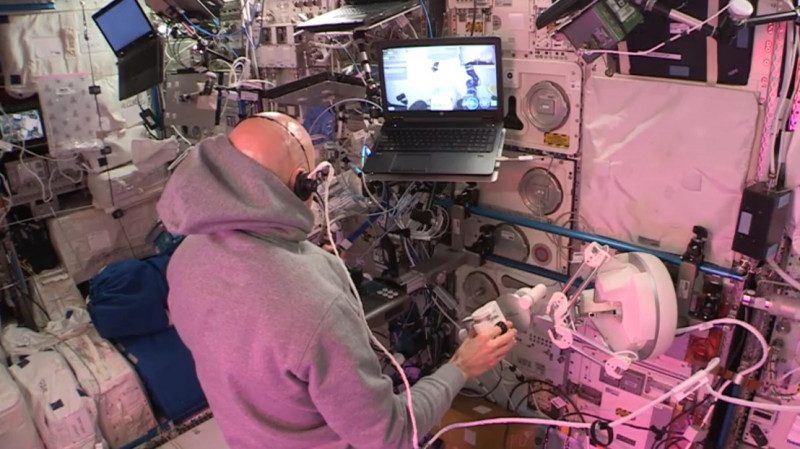 The astronaut Luca Parmitano uses the haptic plateform to control a robot locate