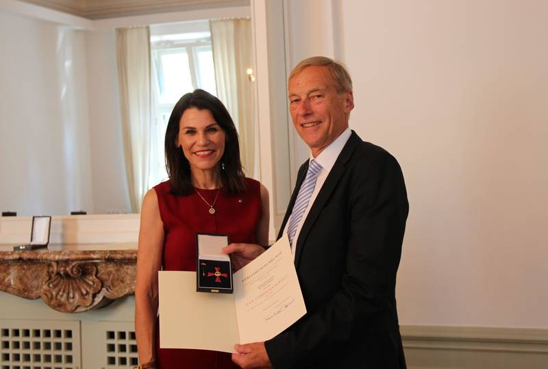 State minister Marion Kiechle presented Arndt Bode with the Federal Cross of Mer